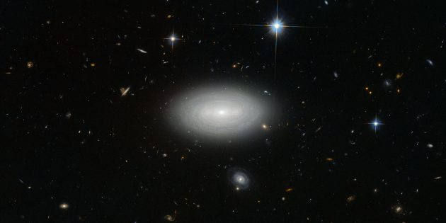 Одинокая галактика MCG+01-02-015 в созвездии Рыб