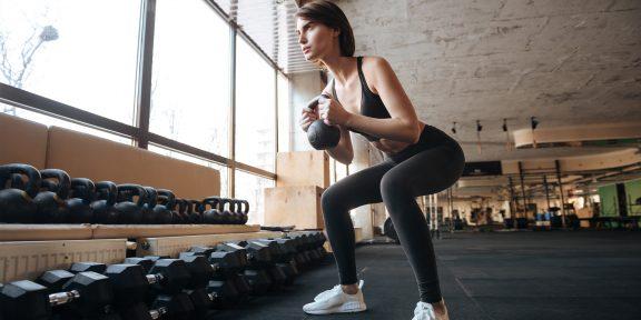 Тренировка дня: 7 нестандартных упражнений с гантелями для мощной прокачки тела