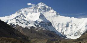 Эверест оказался почти на метр выше, чем считалось ранее
