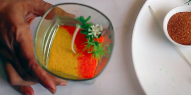 Как сделать свечу: насыпьте жёлтый песок