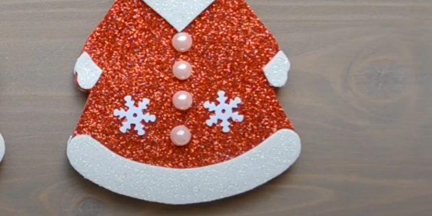 Как сделать Деда Мороза своими руками: приклейте снежинки