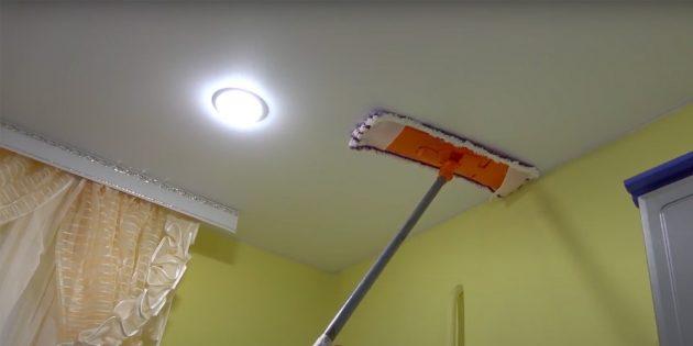 Как помыть натяжной потолок: протрите потолок