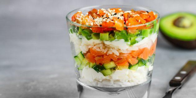 Слоёный салат с авокадо, рисом и красной рыбой