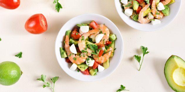 Греческий салат с креветками, авокадо и каперсами