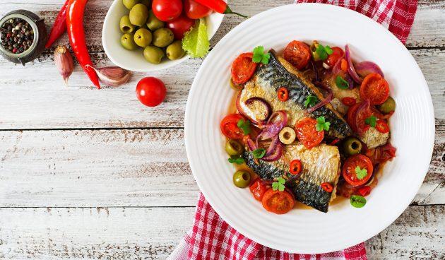 Запечённая скумбрия с томатами и оливками
