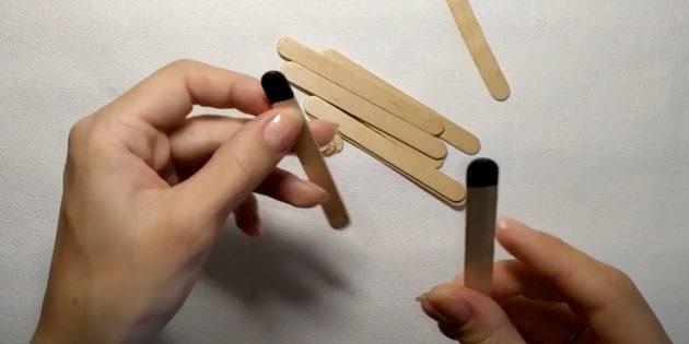 Поделки из дерева: закрасьте кончики палочек