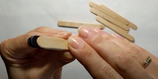 Поделки из дерева: приклейте пустую палочку
