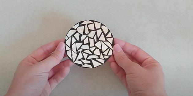 Поделки из фольги: приклейте фольгу к кругу