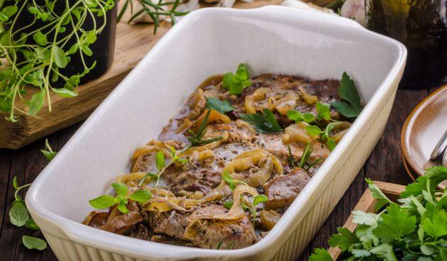 Свинина, запечённая в духовке с луком