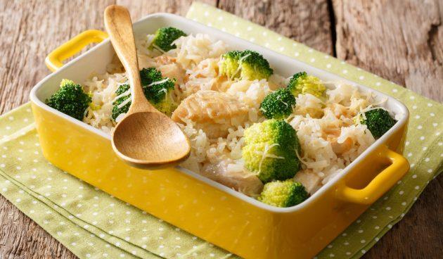 Курица, запечённая в духовке с брокколи и рисом