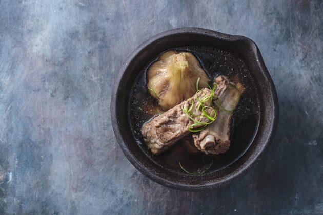 Суп из свиных рёбрышек с чесноком и соевым соусом