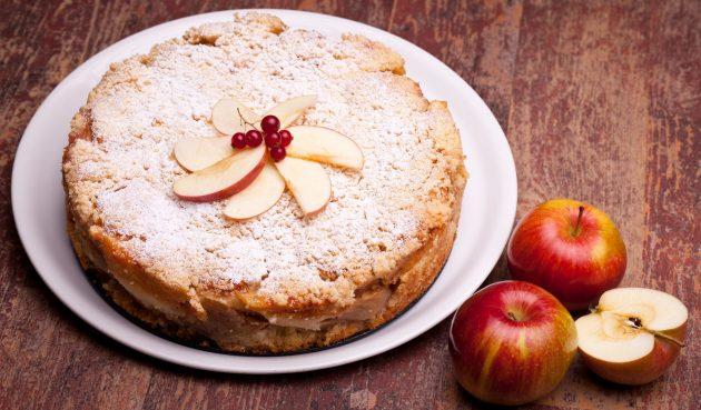 Простой заливной пирог с яблоками