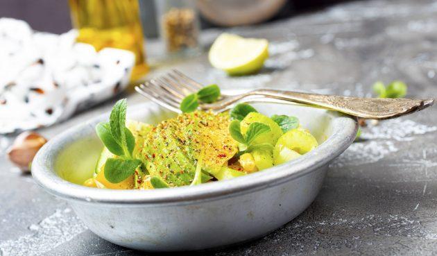 Салат из авокадо, кукурузы и сельдерея