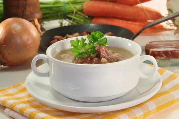 Простой суп с фасолью и беконом