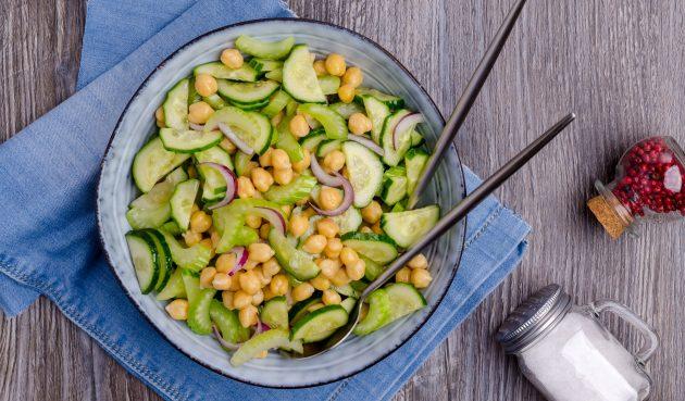 Салат с сельдереем, нутом и огурцами