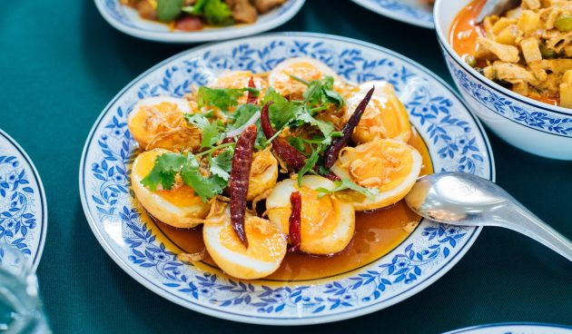 Жареные яйца зятя — необычная тайская закуска