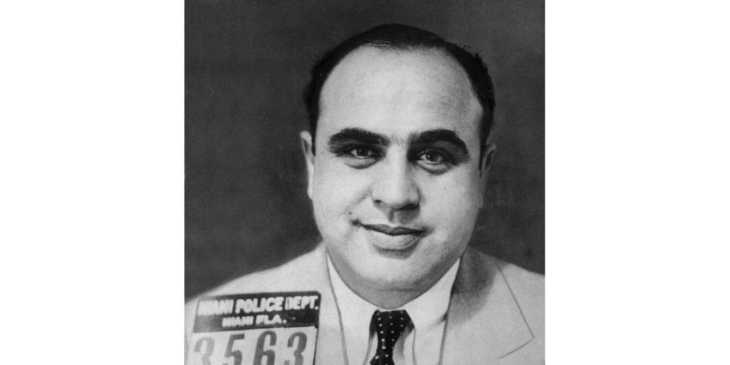 В связи с ошибкой первого впечатления часто вспоминают эффект, производимый добродушным лицом этого джентльмена. На фото Аль Капоне — босс чикагской мафии, на счету которого по меньшей мере 33убийства