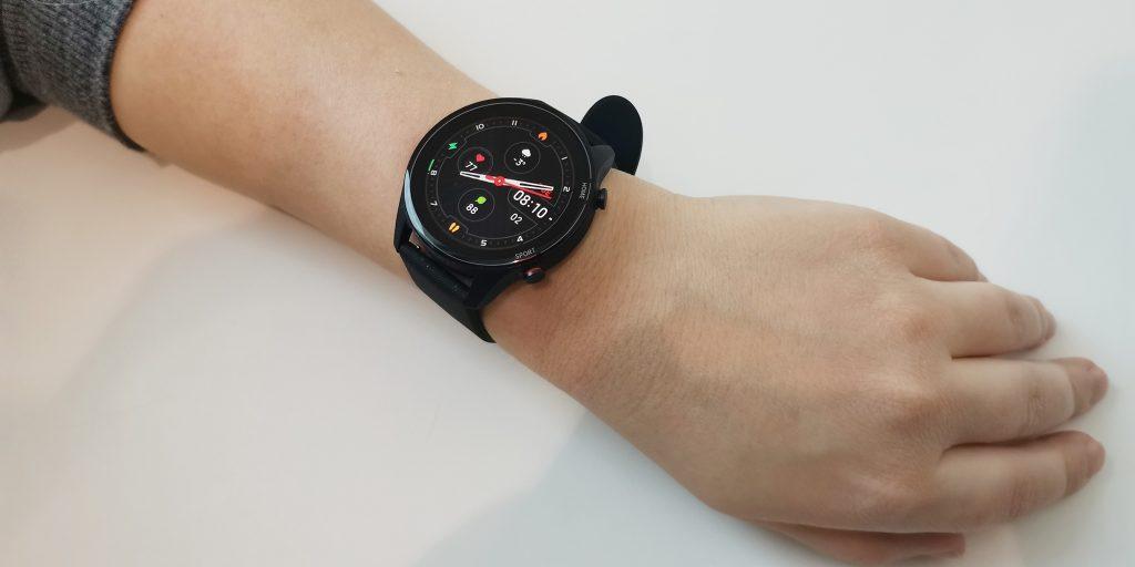 Xiaomi Mi Watch на руке