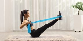 Тренировка дня: 5 супердвижений с фитнес-резинкой для баланса, силы и ловкости