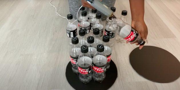 Приклейте бутылки с крышками к картонному кругу