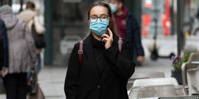 Англичанка поделилась лайфхаком, как носить маску, чтобы не запотевали очки