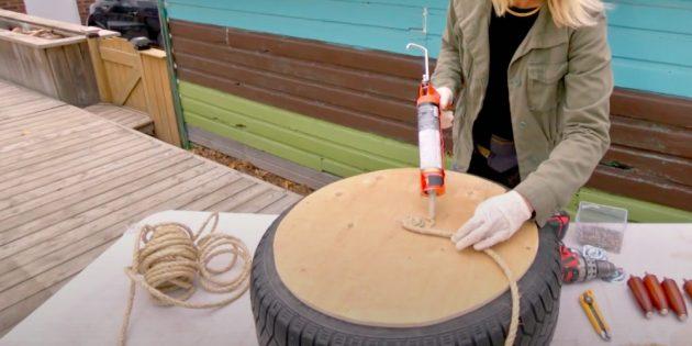 Приклейте верёвку к середине диска