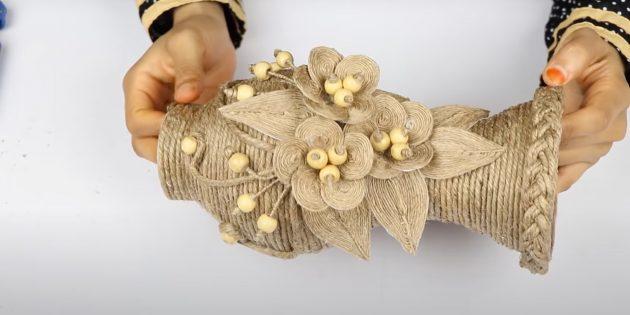 Подарки на 8 Марта своими руками: украсьте низ вазы