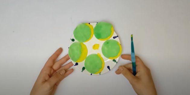 Поделки из ватных дисков: Добавьте жёлтую краску