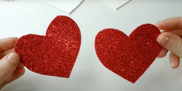 Сделайте два красных сердечка