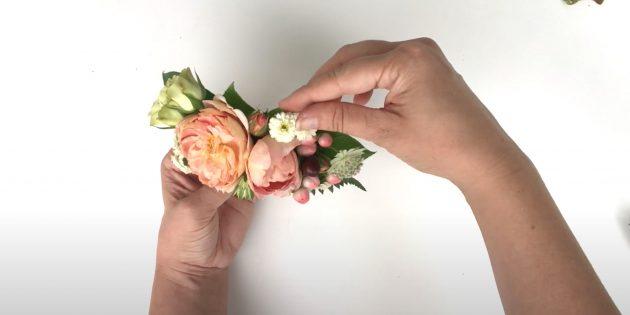 Подарки на 8 Марта своими руками: закрепите мелкие цветы по кругу
