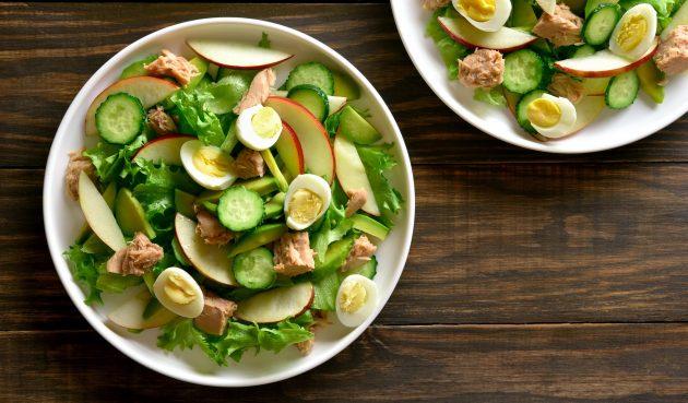 Салат с тунцом, яблоком и огурцом