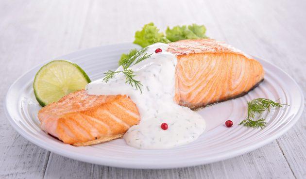 Запечённый лосось со сливочным соусом