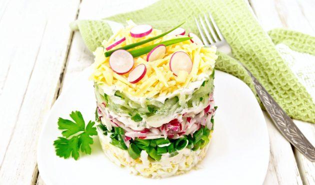 Салат с редиской, сыром и яйцами