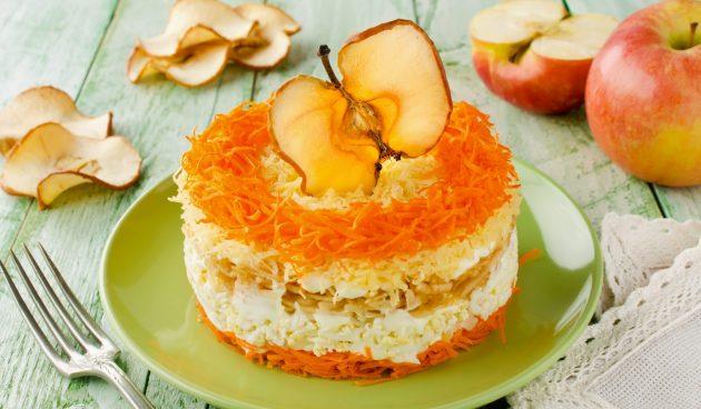 Слоёный салат с яблоками, морковью и сыром