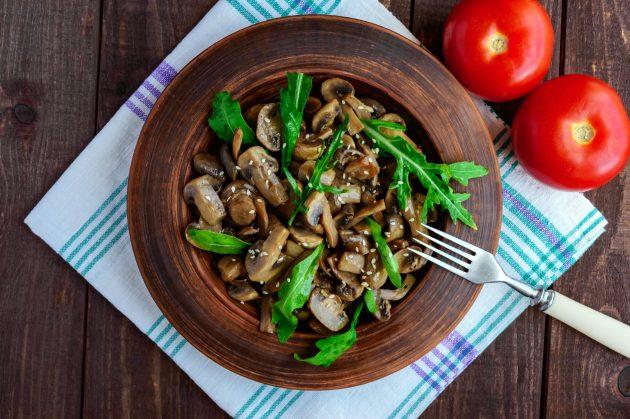 Простой тёплый салат с грибами