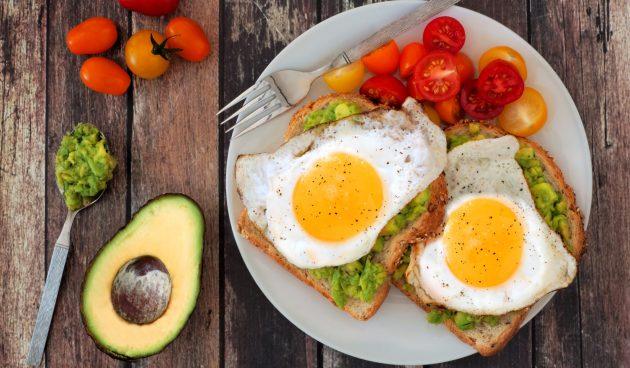 Бутерброды с авокадо и яйцами