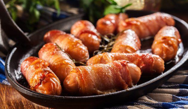 Свинки в одеялах — британские сосиски в беконе