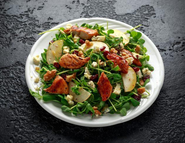 Салат с голубым сыром и курицей