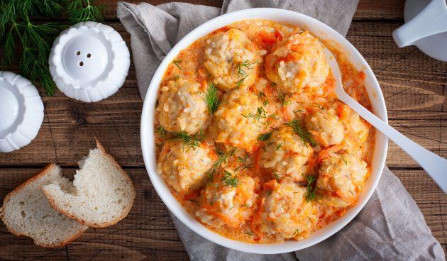 «Ёжики» из фарша с рисом, тушенные в овощном соусе
