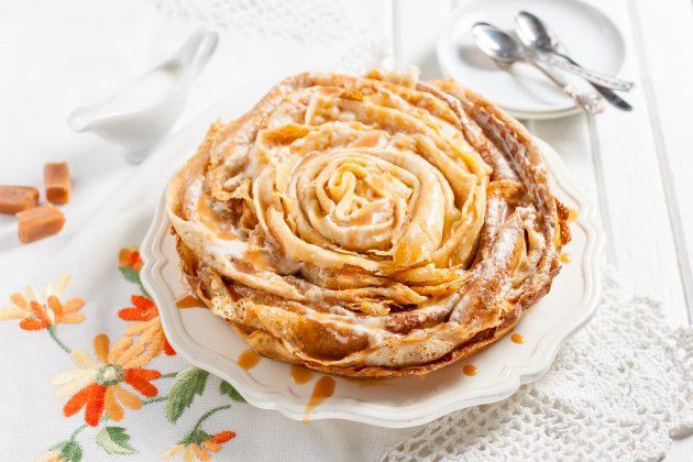 Оригинальный блинный торт с карамельным соусом