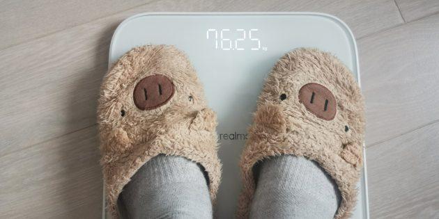 Если вы встанете на весы в носках или тапочках, то увидите только свой вес