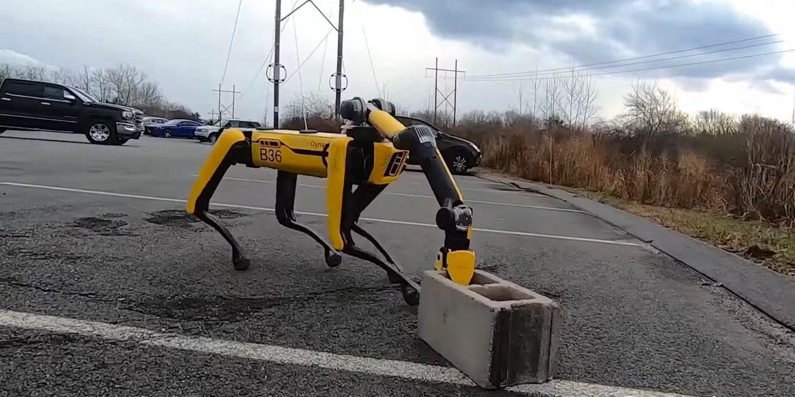 Роботы Boston Dynamics научились открывать двери, таскать тяжести и выкапывать ямы