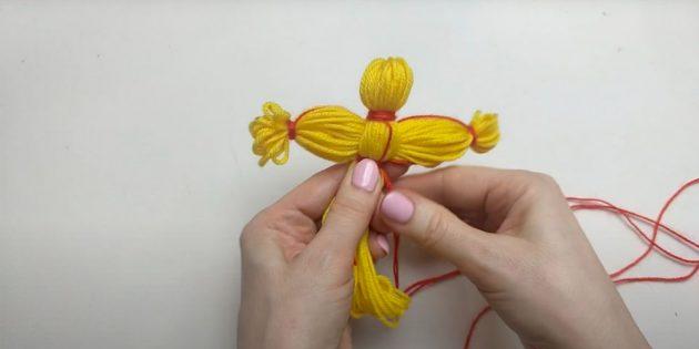 Кукла Масленица своими руками: обмотайте нитками место под грудью