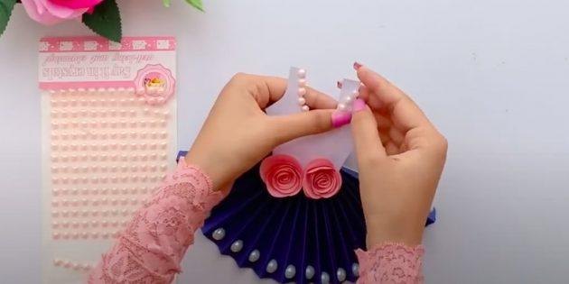 Подарки на 8марта: наклейте бусы на горловину майки