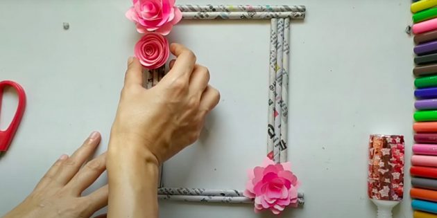 Поделки на 8Марта: приклейте цветы на рамку