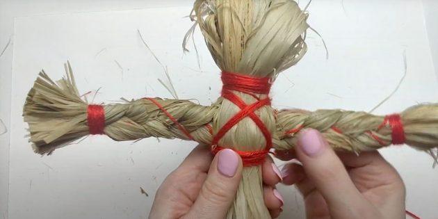 Кукла Масленица своими руками: Обмотайте куклу нитками под грудью и крест-накрест