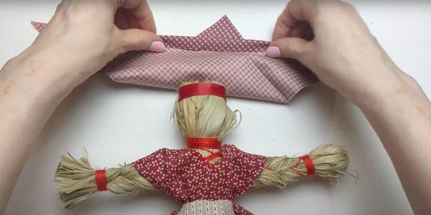 Кукла Масленица своими руками: загните внутрь краешек платка