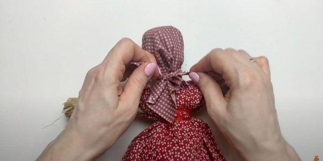 Туго повяжите голову куклы платком