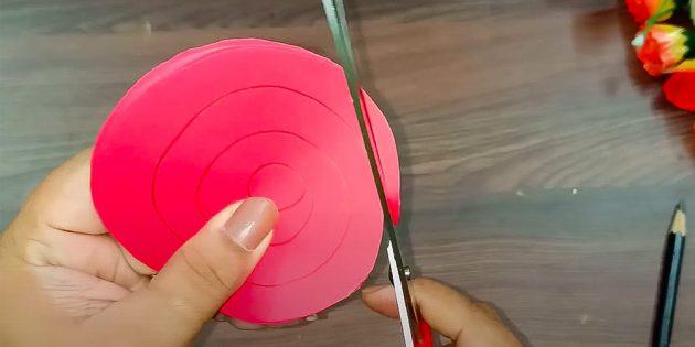 Поделки на 8Марта своими руками: вырежьте бумажные спирали