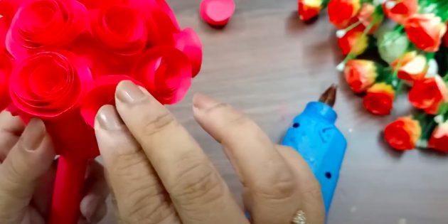 Поделки к 8Марта своими руками: обклейте шар бумажными розочками